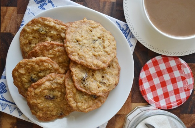 Crispy Maple Oatmeal Raisin Cookies