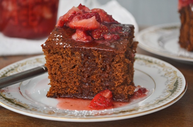 gingerbread with strawberry sauce